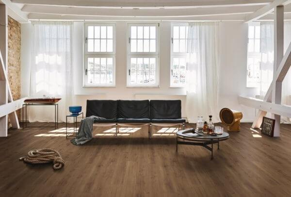 Vinylboden-als-Bodenbelag-im-Wohnzimmer-Beispiel